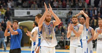 Košarkaši Zadra pozdravljaju navijače nakon utakmice